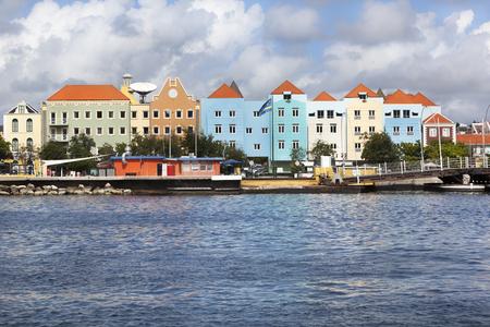 case colorate: Case colorate e costruzione a Willemstad su Curacao Archivio Fotografico