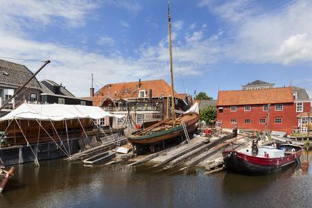 オランダの Spakenburg の村の港での木造漁船で歴史的な造船所。 写真素材