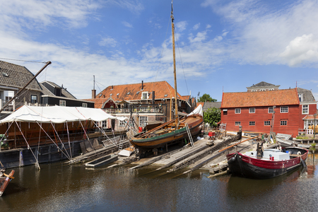 stock photography 네덜란드에서 Spakenburg 마을 항구에서 나무 낚시 보트와 역사적인 조선소.
