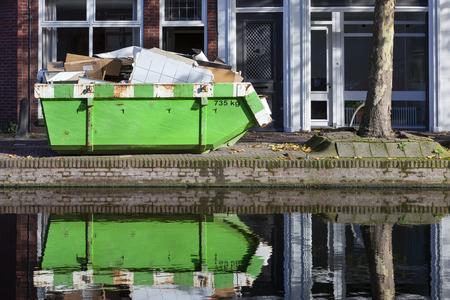 De bouwers slaan over en zijn gedachtengang dichtbij een kanaal in Gouda in Nederland
