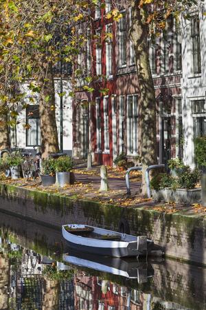 Huizen en bezinningen aan de kadezijde in Gouda in Nederland