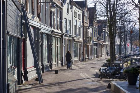 Ladder van een vensterwasmachine in een vuile venstersstraat in Gouda in Nederland