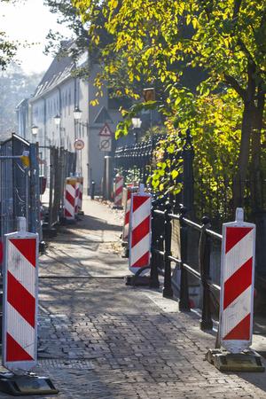 Straatvernauwing met tekens wegens wederopbouw in Gouda in Nederland