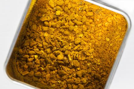 Curry Madras kruidenmengsel in een metaal kan van bovenaf worden gezien