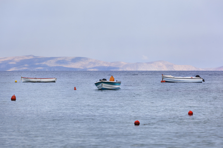 Rustige scène van kleine boten afgemeerd in een baai haven op Kreta in Griekenland
