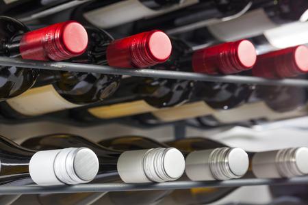 Opslag van kwaliteitswijnflessen met schroefdoppen in een wijnrek