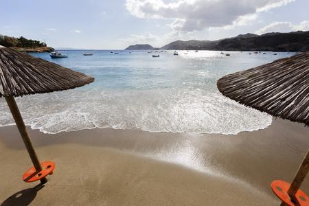 ギリシャのクレタ島のパラソルとアギア ペラギア ビーチ