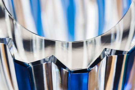 Kristalblauw vaasclose-up met aardige bezinningen