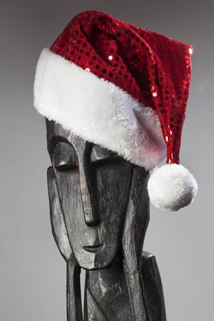 Houten Afrikaans beeld van een denker met kerstmuts