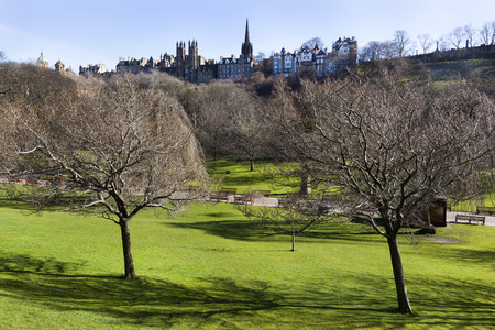 Princes street garden with new college in the background on a sunny day in Edinburgh Stockfoto