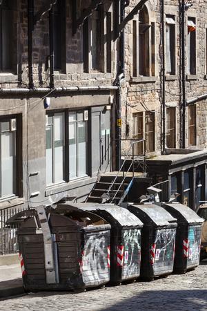 Old vintage street with garbage bins in Edinburgh Stockfoto