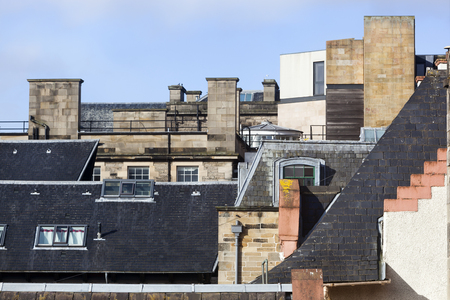 Different roofs with chimneys and windows in the old town of Edinburgh Stockfoto