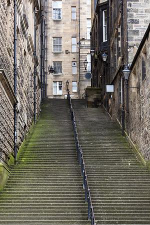 Staircase between houses to the Royal Mile in Edinburgh old town Redactioneel