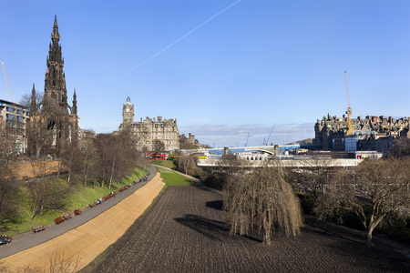 View on old town Edinburgh with the Scott monument on the left and princess street gardens and the train station in the middle Stockfoto