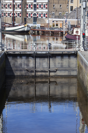 Historical sluice door and some old ships in Gouda in the Netherlands Stockfoto