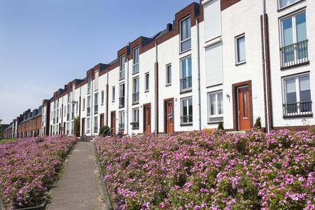 White modern houses in a row in Lansingerland in the Netherlands Stockfoto