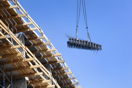 Crane lifting construction materials for a new apartment block in Lansingerland in the Netherlands Stockfoto