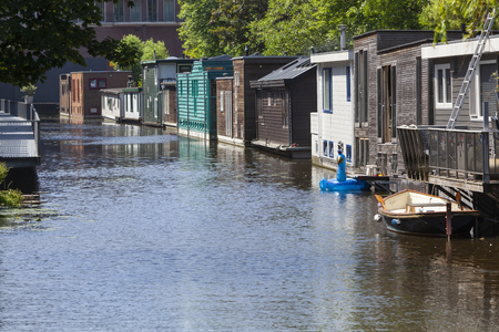 Street of houseboats in a canal in Delft in the Netherlands Stockfoto