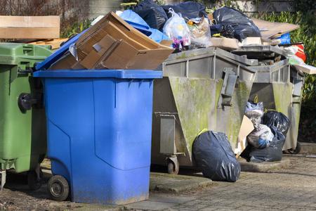 Contenedores de basura sobrecargados en una calle de Capelle aan den IJssel en los Países Bajos