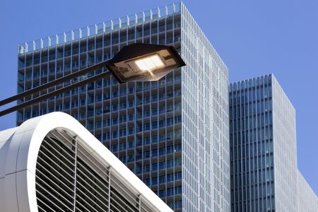 LED streetlight with modern buildings in the background in Rotterdam in the the Netherlands 版權商用圖片