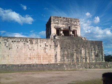 아름다운 하늘 뒤에있는 유적
