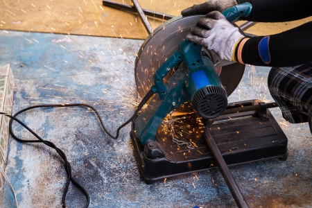 cut off saw: Metal cutting by cut off saw