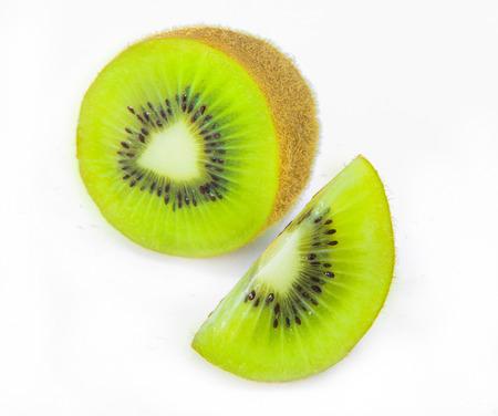 kiwi fruta: Kiwi verde fresco en blanco Foto de archivo
