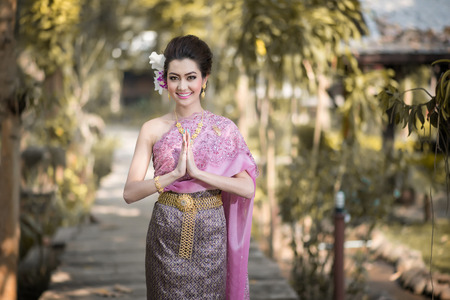 personas saludandose: Chica tailandesa hermosa en traje tradicional tailandés Foto de archivo