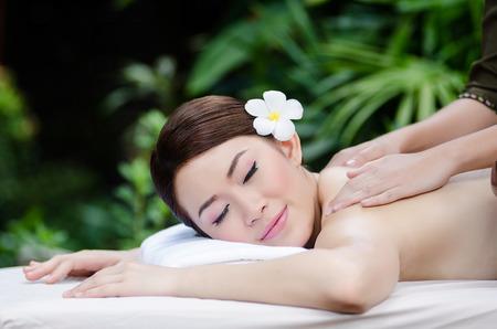 mujer descansando: Mujer asi�tica hermosa que hace el masaje del balneario