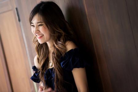 jolie fille: La jolie fille est heureux et riant Banque d'images