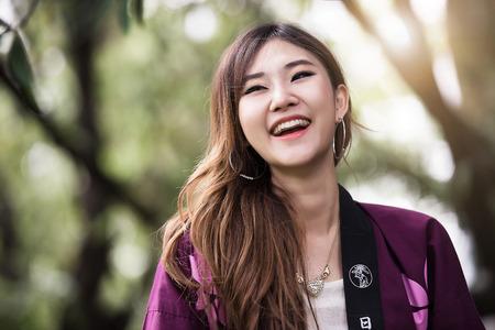 curare teneramente: La bella ragazza è felice e ridendo