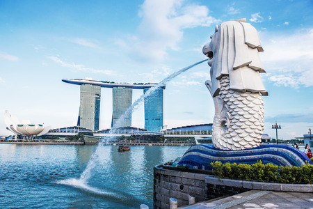 SINGAPORE-OCT 28: The Merlion fountain and Marina Bay Sand on OCT, 28, 2014. Merlion is an imaginary creature with a head of a lion and the body of a fish and  symbol of Singapore. Editoriali