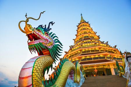sien: Templo chino - wat hyua pla kang, Chiang Rai, Tailandia Foto de archivo