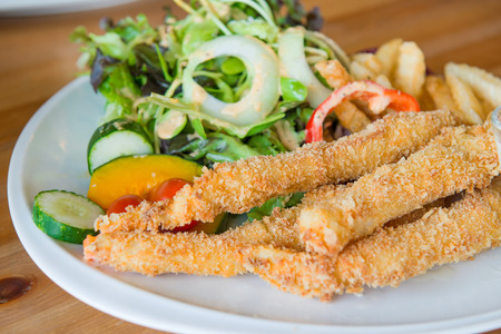 comida inglesa: Tradicional comida Ingl�s - pescado y patatas fritas y ensalada Foto de archivo