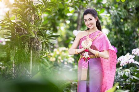 gente saludando: Muchacha tailandesa hermosa en traje tradicional tailandés