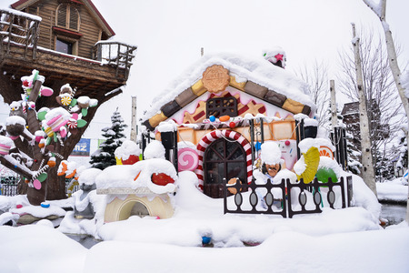 casita de dulces: A candy house covered with snow Editorial