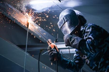 建設現場における鋼のアーク溶接 写真素材