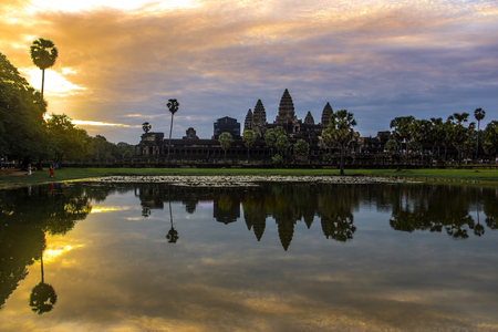 앙코르 와트는 캄보디아의 사원 단지로 세계에서 가장 큰 종교 기념물입니다. 스톡 콘텐츠