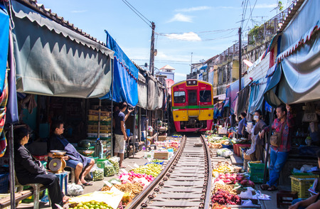 Samut Songkhram, Thailand-SEP 12,2017: The famous railway market or folding umbrella market at Maeklong, Thailand, One of famous market landmark in Thailand. Publikacyjne