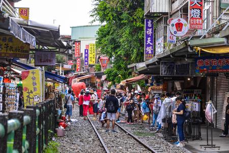 SHIFEN, TAIWAN - OCT 10, 2017: De Shifen Oude Straatsectie van Pingxi-District is één van de beroemde toeristeneinden langs deze lijn voor lanceringslantaarn geworden.