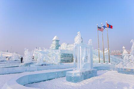 HARBIN, CHINA - 15. JANUAR 2020: Harbin International Ice and Snow Sculpture Festival ist ein jährliches Winterfestival, das in Harbin stattfindet. Es ist das weltweit größte Eis- und Schneefestival.