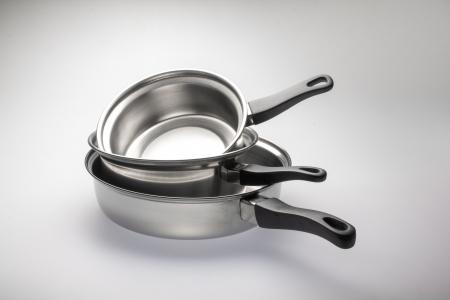 steel pan: Ollas de acero inoxidable limpio y brillante y cacerolas de acero. Foto de archivo