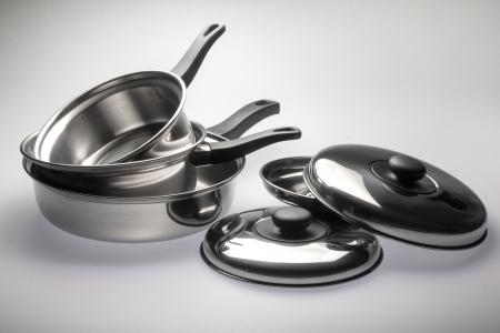 utensilios de cocina: Ollas de acero inoxidable limpio y brillante y cacerolas.