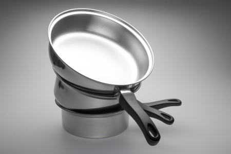 ustensiles de cuisine: Propre et brillant pots en acier inoxydable et des casseroles. Banque d'images