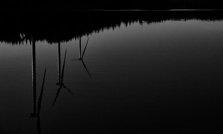 black and white image of three wind turbines reflecting in the water 版權商用圖片