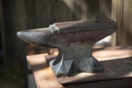 鍛冶屋の古いアンビル 写真素材