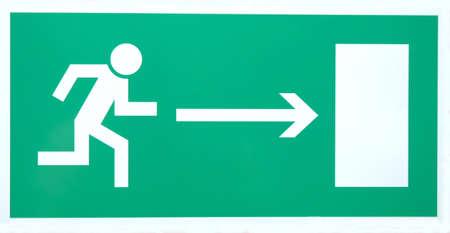salida de emergencia: Se�al de salida de emergencia aislados en blanco con trazado de recorte
