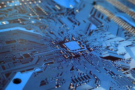 circuitos electronicos: A close up de un circuito de equipo azul.