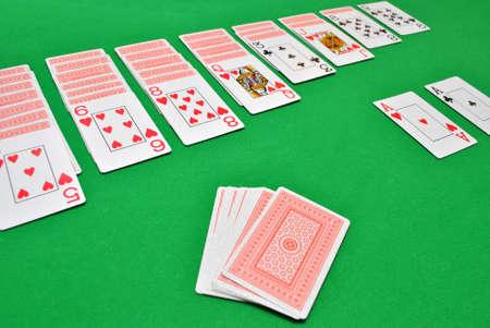 인내: Playing patience with cards on casino table 에디토리얼