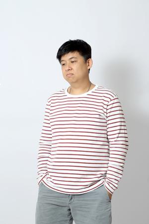アジアの男は白い背景に立っています。 写真素材